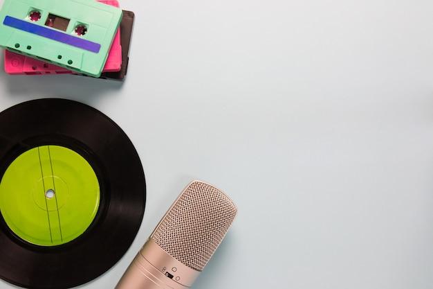 Cassette audio, microfono e registratore con copia spazio