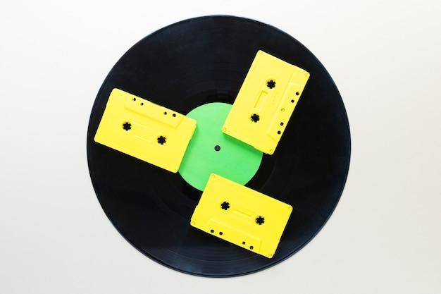 Cassette audio piatte con disco in vinile