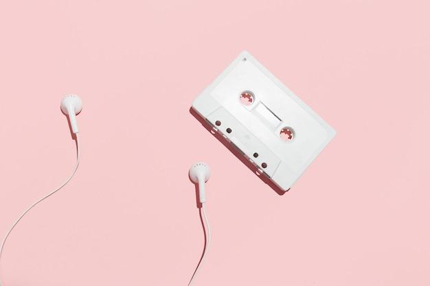 Cassette e auricolari bianchi