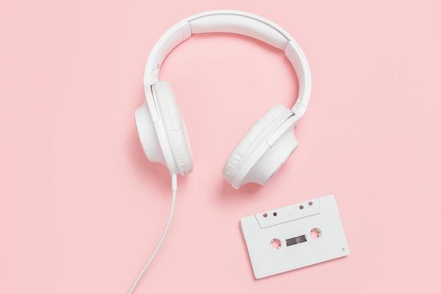 Cassette e cuffie bianche