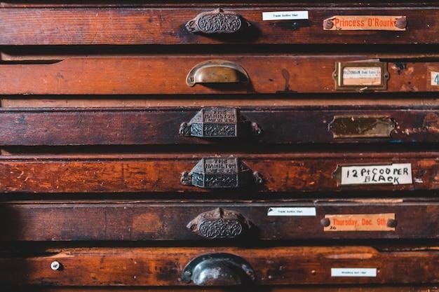 Cassetto in legno marrone con pomolo per porta argento