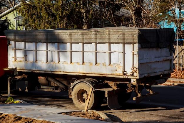 Cassonetti con immondizia nel riciclaggio e nei rifiuti. costruzione sullo sfondo.