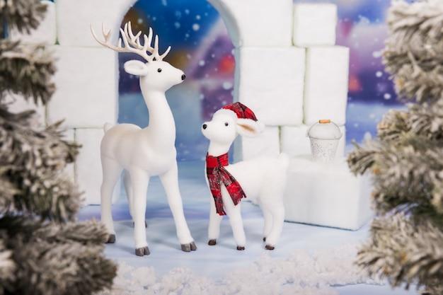 Castello bianco di esposizione del giocattolo con i cervi