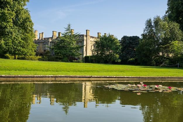 Castello circondato da un giardino con un lago