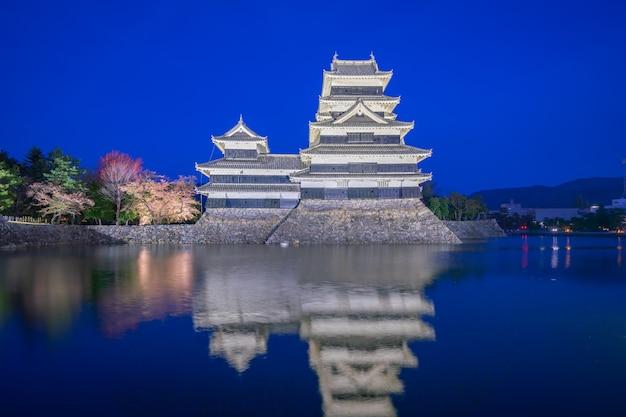 Castello di matsumoto alla notte nella città di matsumoto, giappone