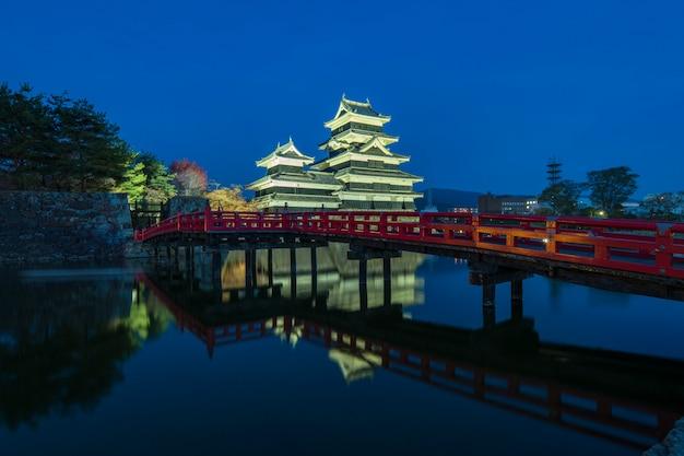 Castello di matsumoto con la notte del ponte rosso a matsumoto, in giappone
