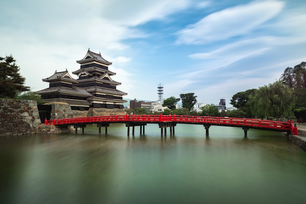 Castello di matsumoto contro cielo blu nella città di nagono, giappone