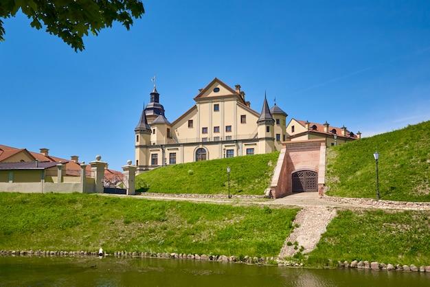 Castello di nesvizh nel giorno di estate con cielo blu. punto di riferimento turistico in bielorussia, monumento culturale