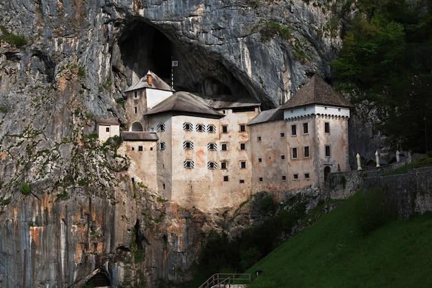 Castello di postumia in montagne della slovenia
