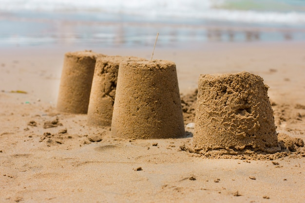 Castello di sabbia sulla spiaggia in riva al mare