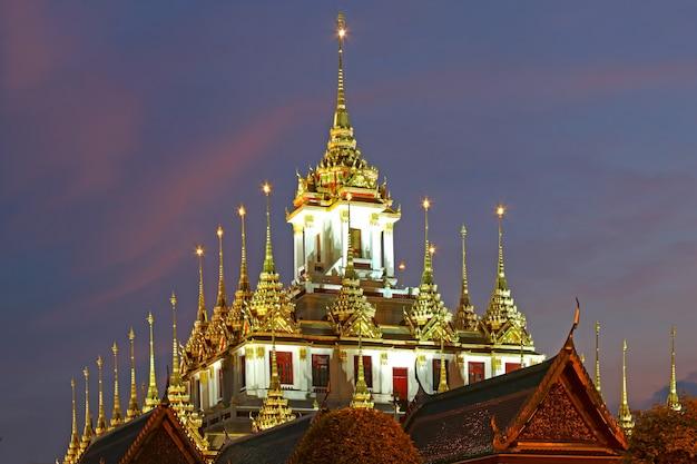 Castello metallico di wat ratchanadda punto di riferimento di bangkok al tramonto