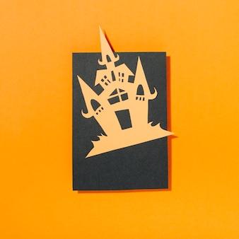 Castello su pezzo di carta nera