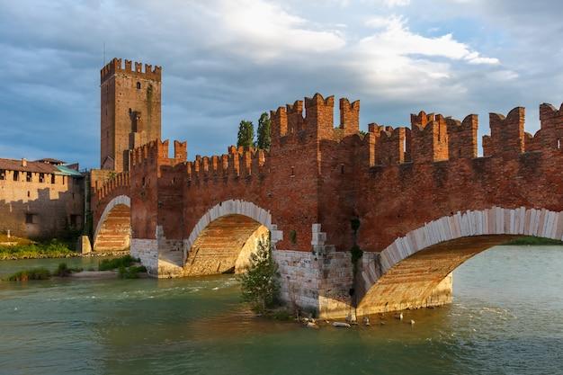Castelvecchio al tramonto a verona, italia settentrionale