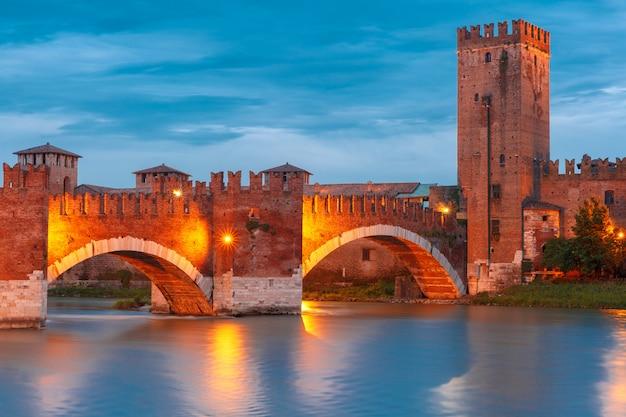 Castelvecchio in illuminazione notturna a verona nel nord italia