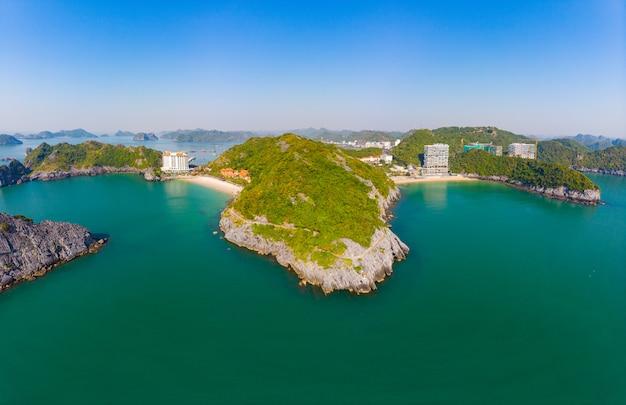 Cat ba, vietnam - 10 dicembre 2109: nuova costruzione di edifici sulla spiaggia di cat ba island, la più grande isola di ha long bay, famosa destinazione turistica in vietnam, vista aerea chiaro cielo blu.