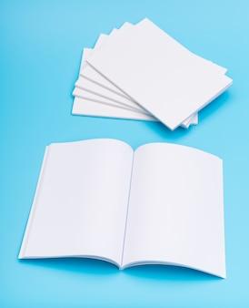 Catalogo in bianco, riviste, libro mock up su sfondo blu. .