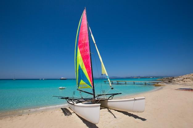 Catamarano a vela nella spiaggia di illetes a formentera