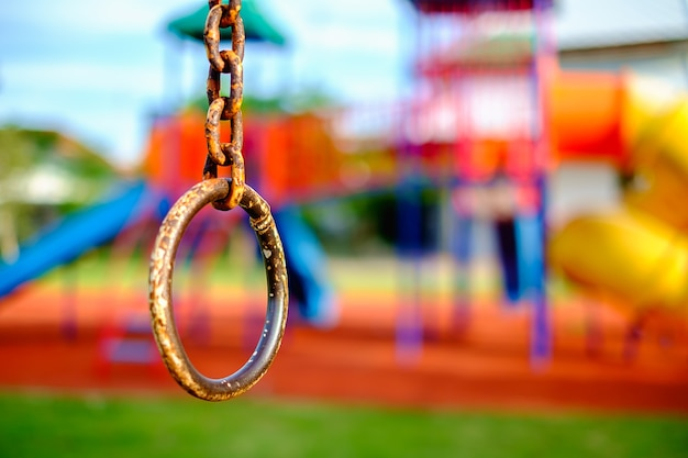 Catena ad anello di ferro per arrampicata sportiva su giochi per bambini sfocati