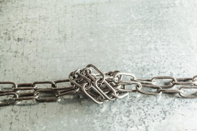 Catena di metallo su piastra metallica