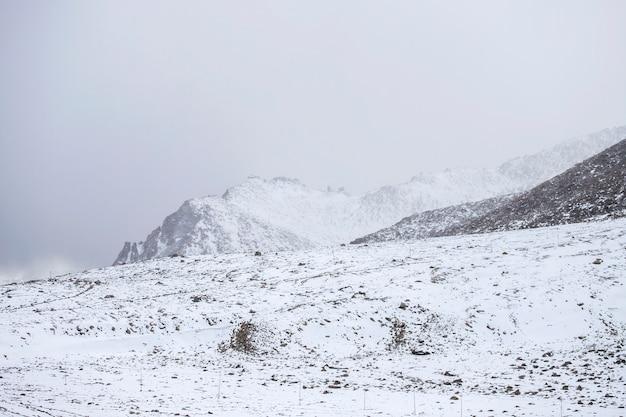 Catena montuosa e neve e nuvoloso nello stato della regione di ladakh di jammu e kashmir, parte settentrionale dell'india