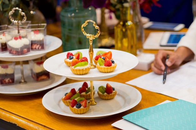 Catering cibo, dolce e dolce, mini tartine, snack e stuzzichini, cibo per l'evento, dolciumi