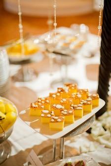 Catering food, dessert e dolce, mini tartine, snack e antipasti, cibo per l'evento, dolciumi