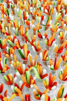 Catering per celebrazioni, piccole porzioni di verdure colorate