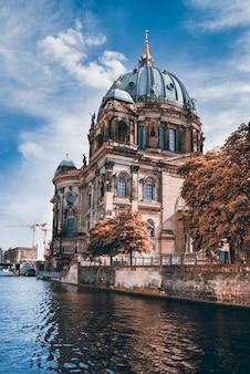 Cattedrale di berlino dall'altra parte dell'acqua