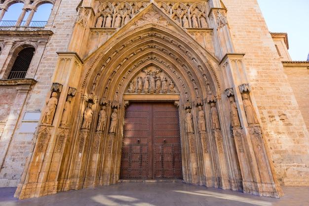 Cattedrale di valencia apostoles porta tribunal de las aguas