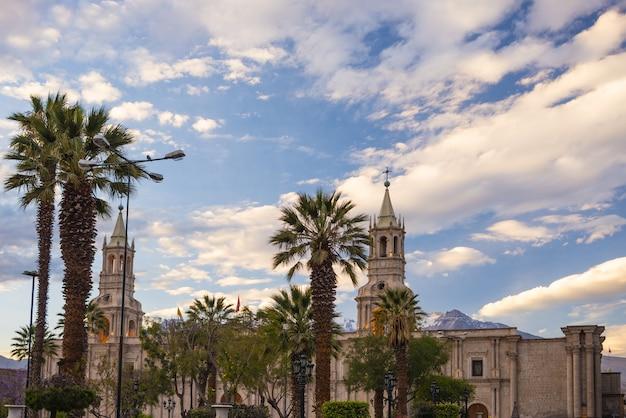 Cattedrale e vulcano a arequipa, perù