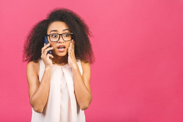 Caucasica razza mista arrabbiata - donna che grida nel telefono cellulare