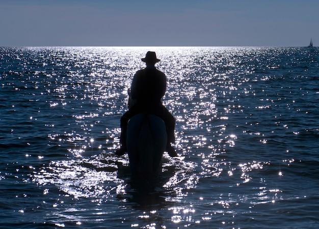 Cavaliere a cavallo nel mare