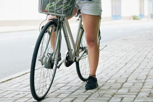 Cavaliere della bicicletta femminile