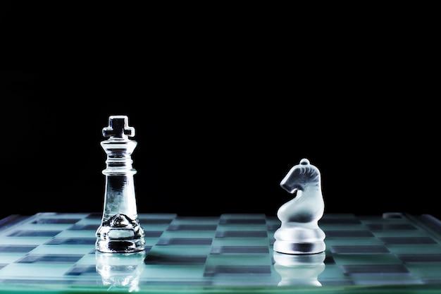 Cavaliere e cavaliere faccia a faccia o confronto di bordo di scacchi