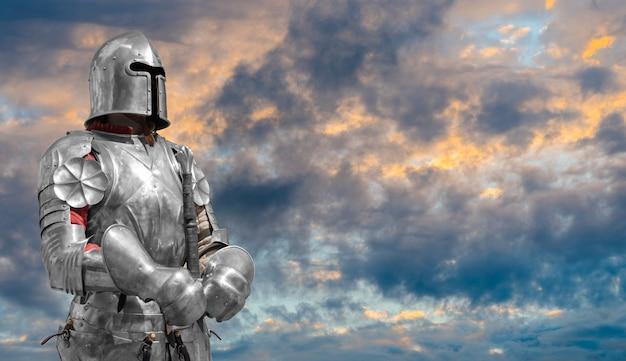 Cavaliere in elmetto e armatura metallica.