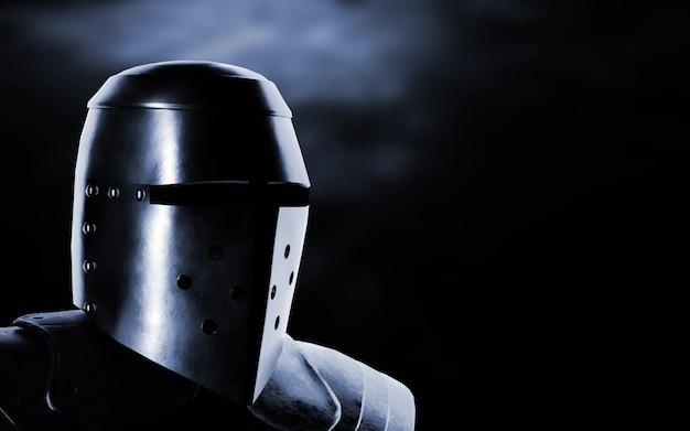 Cavaliere medievale su sfondo scuro.