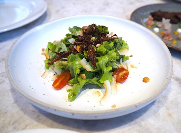 Cavalletta fritta e insalata di verdure