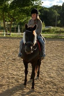 Cavallo e donna in dressage