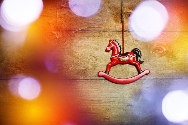 Cavallo giocattolo vintage con luci di natale