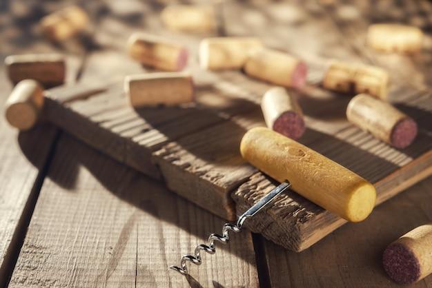 Cavatappi e tappi per vino sul tavolo