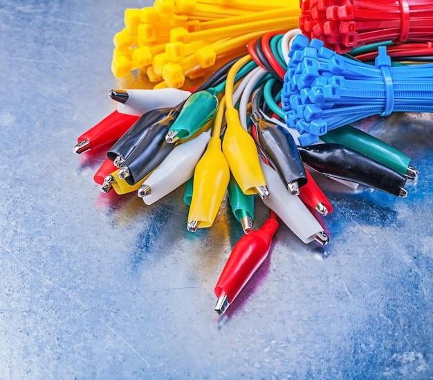 Cavi di legatura elettrici in plastica a coccodrillo su metallo graffiato