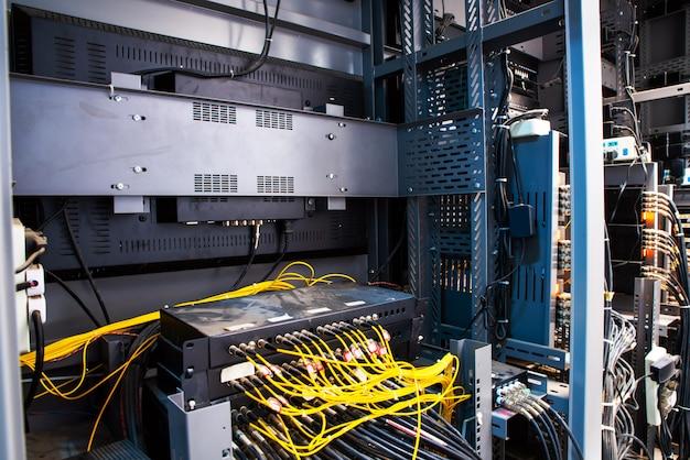 Cavi di rete collegati in switch di rete