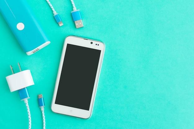 Cavi di ricarica usb per smartphone e tablet in vista dall'alto