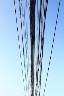 Cavi elettrici sudici in tailandia. tecnologia in fibra ottica non coperta all'aperto all'aperto nelle città asiatiche.