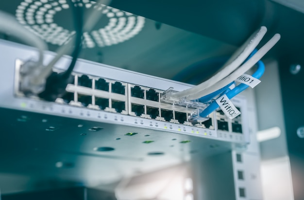 Cavi ethernet e switch di rete nel data center. spina wifi del router internet per computer. hub di rete. apparecchiature checkpoint per la sicurezza dei dati. rete di comunicazione wireless.