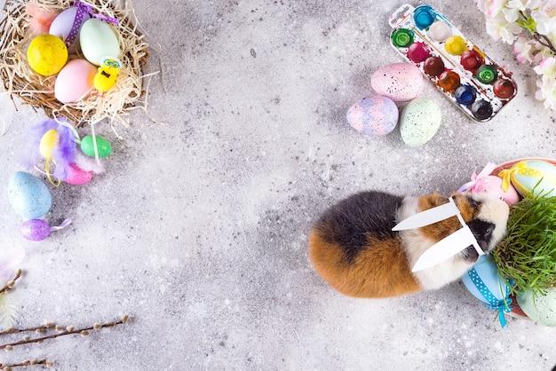 Cavia con le orecchie del coniglio di pasqua
