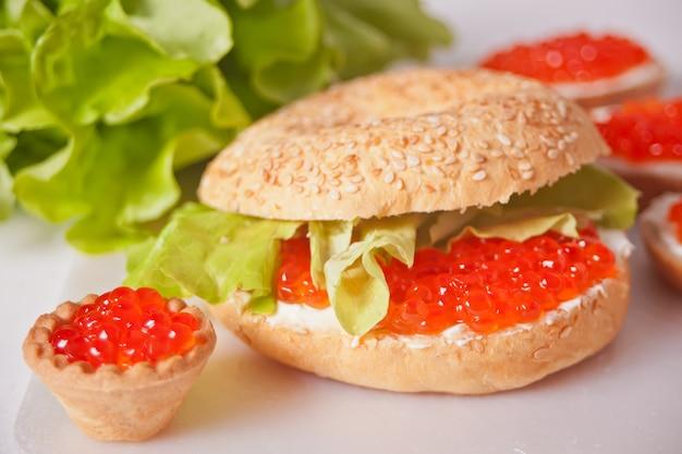 Caviale rosso fresco sul pane. panini con caviale rosso e tartine con caviale rosso. gastronomia. cibo gourmet
