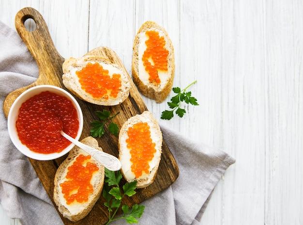 Caviale rosso in ciotola e panini