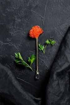 Caviale rosso in un cucchiaio squisito. .