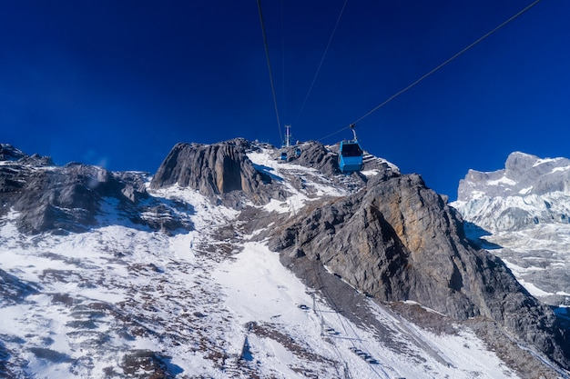 Cavo alla cima della montagna della neve del drago di giada in lijiang, cina
